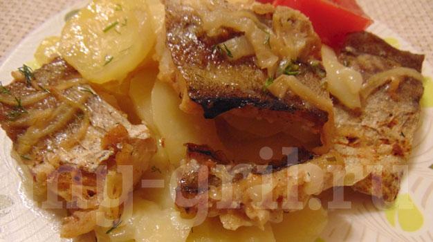 Филе минтая с картошкой и сметаной